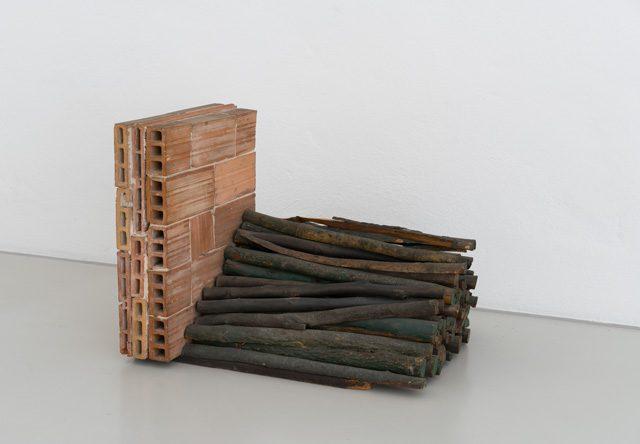 Bernard Pagès (né en 1940) Murette de briques et tas de barres de bois teinté 1968 Briques et bois. Installation unique 55 × 55 × 60 cm