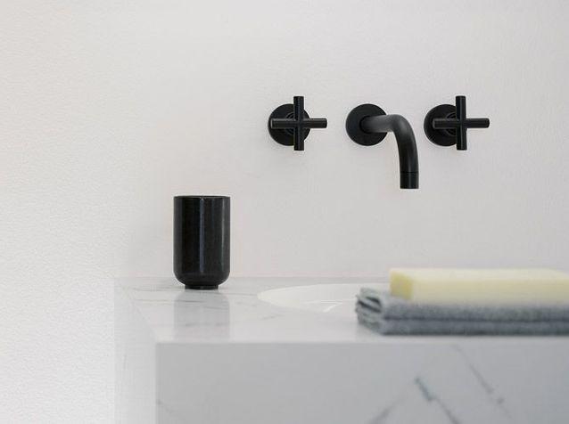 Des robinets noirs dans la salle de bain