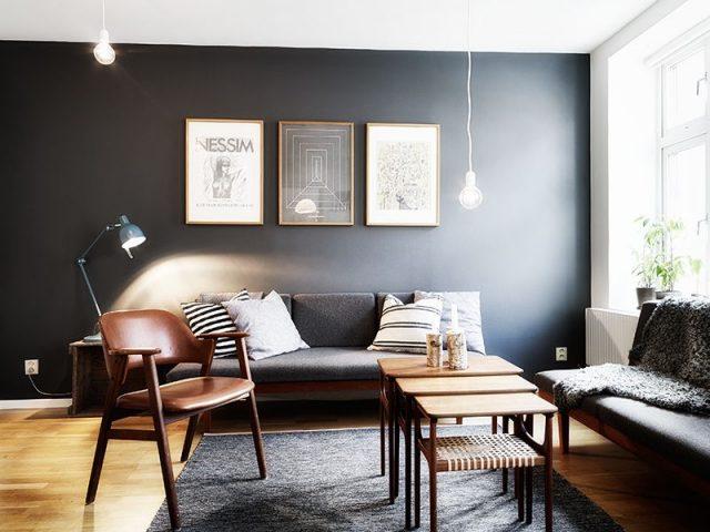 Un mur noir dans le salon