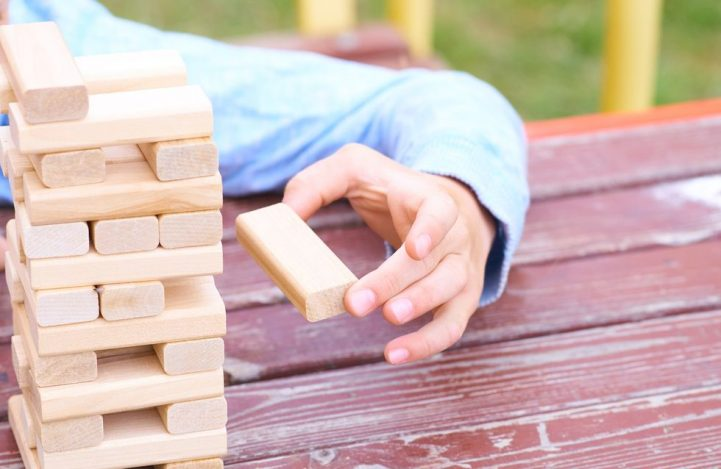 Choisir des jouets simples fabriqués en matériaux naturels
