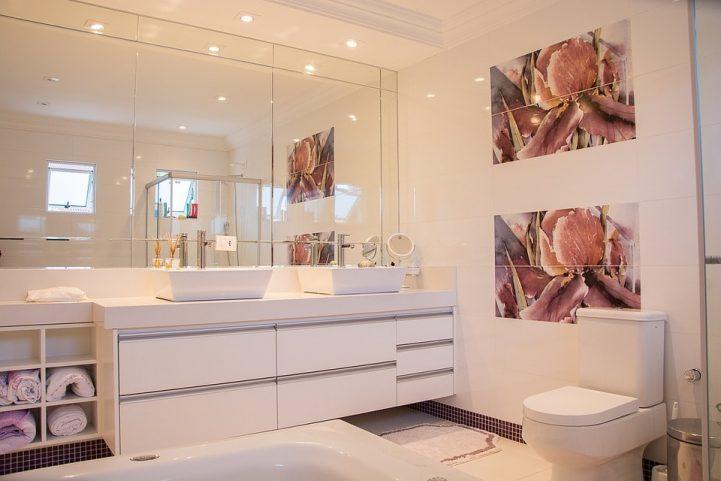 Les grands miroirs dans les chambres et les salles de bains